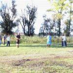 A-27-nauka walki włócznią-grupa na tle jeziora